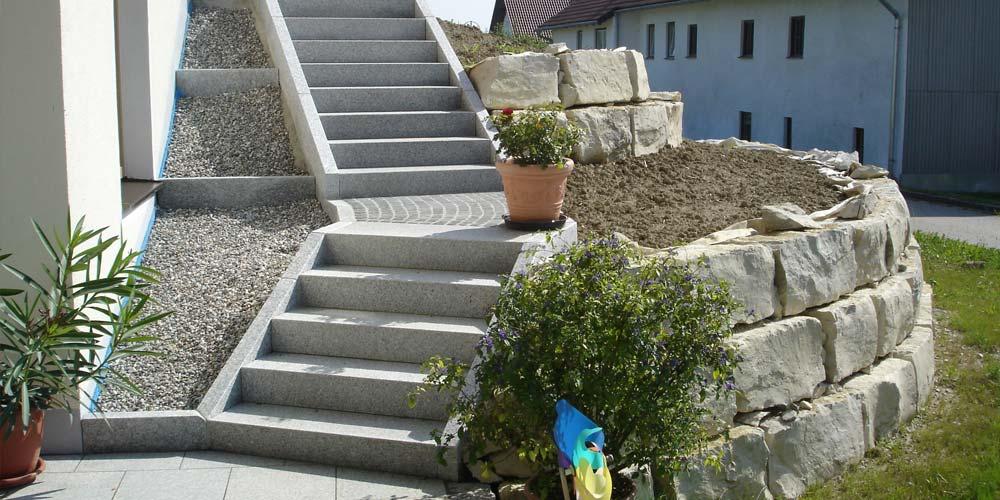 Mauer mit Treppe, gebaut bei Erding.