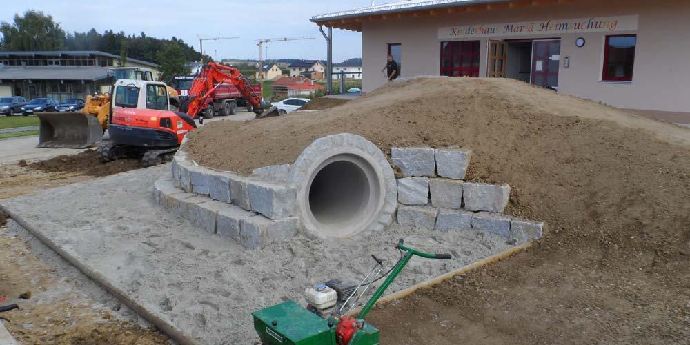 Es entsteht ein neuer Spielplatz für einen Kindergarten.
