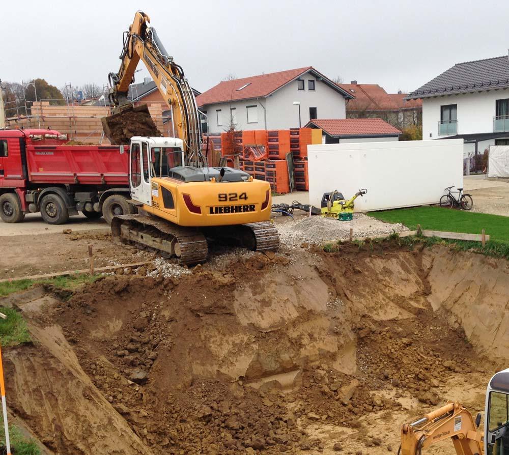 Hilger Tiefbau in Hohenpolding, Bagger hebt Baugrube aus.