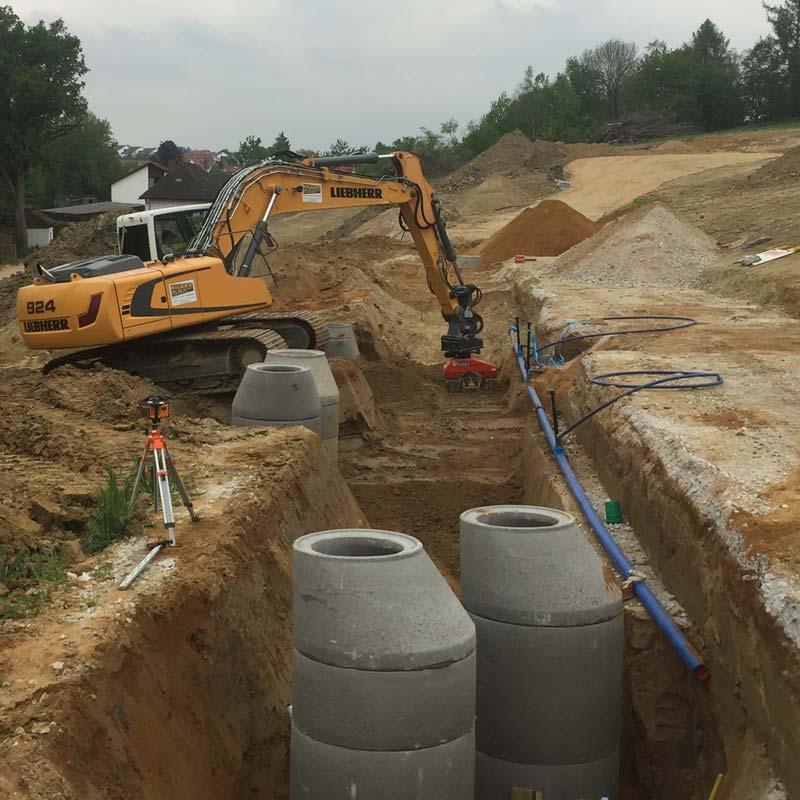 Neue Kanalrohre werden verlegt, Kanalbau Hilger Tiefbau GmbH.