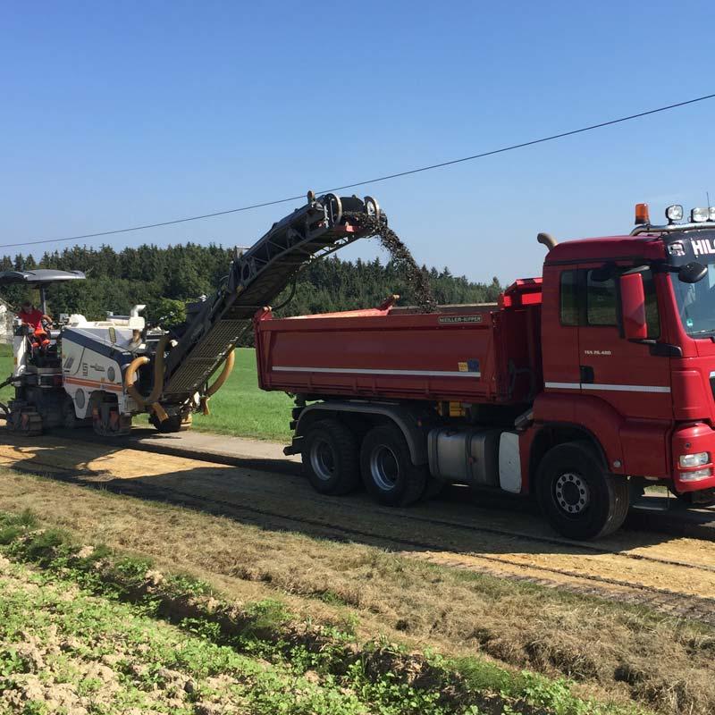 Strassenbau, Hilger Tiefbau GmbH im Einsatz beim Strassenbau.