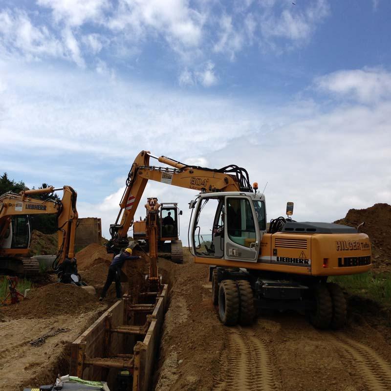 Arbeiten mit einem Bagger im neuen Baugebiet in Hohenpolding.