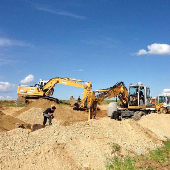 Mehrere Bagger arbeiten im Baugebiet Hohenpolding.