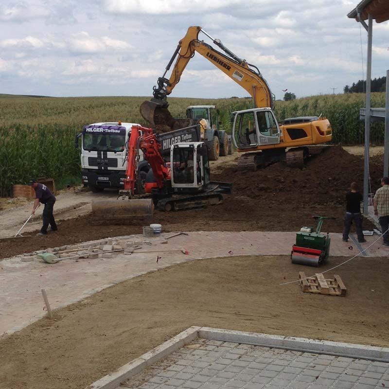 Erdarbeiten für die neue Aussenanlage eines Kindergartens.