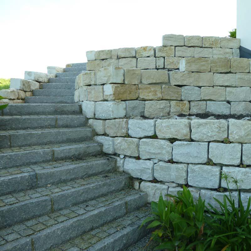 Gartenmauer mit integrierter Treppe zur Terasse